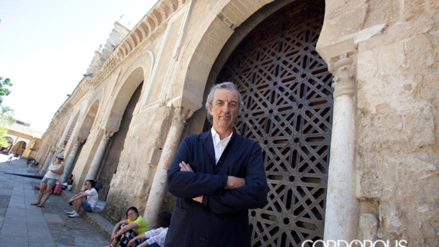 Rafael De La-Hoz, junto a la celosía de la nave 17 de la Mezquita que diseñó su padre | MADERO CUBERO