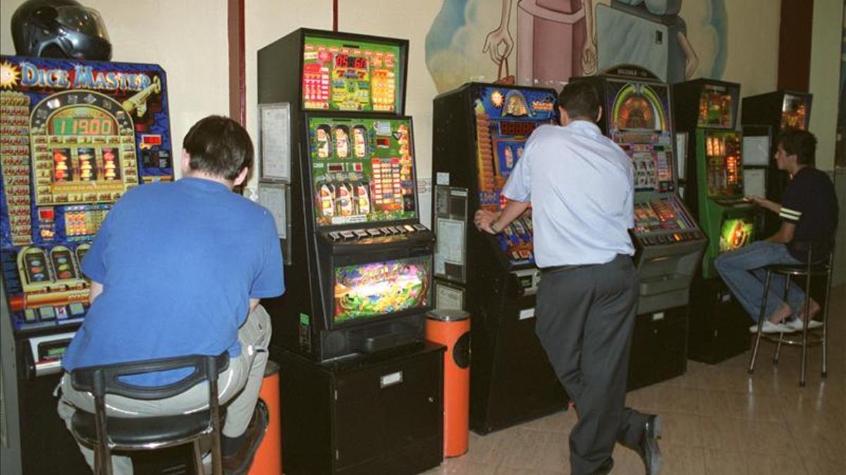 Varias personas juegan a máquinas recreativas en una imagen de archivo.