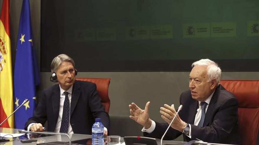 Margallo y Hammond piden buscar una fórmula que impida la salida de Grecia del euro