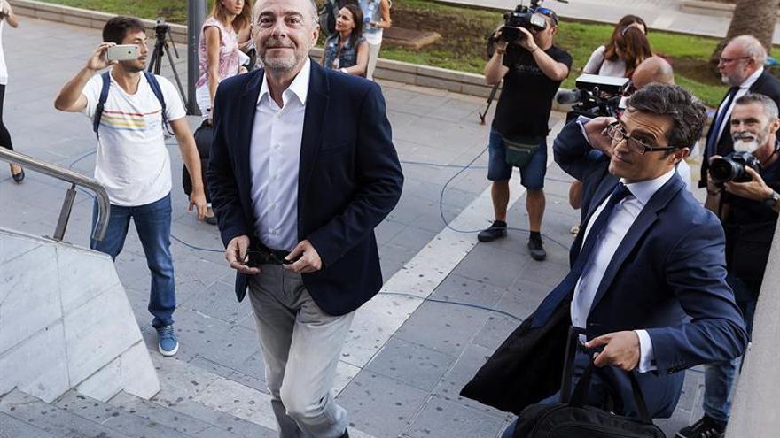 El exalcalde de Santa Cruz de Tenerife y ex senador, Miguel Zerolo, llega a la Audiencia Provincial de Santa Cruz de Tenerife donde hoy comenzó el juicio del caso Las Teresitas.EFE/Ramón de la Rocha