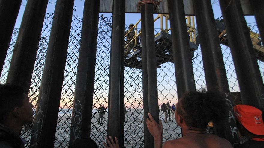Migrantes de la primera caravana, que salió desde honduras y recorrió el territorio mexicano, comienzan a congregarse en la valla fronteriza de Tijuana (México) el miércoles 14 de noviembre de 2018. Aproximadamente 800 migrantes centroamericanos llegaron a la fronteriza ciudad mexicana de Tijuana con el propósito de solicitar asilo en Estados Unidos, y para el viernes se espera la llegada de al menos 2.000 más en autobuses.