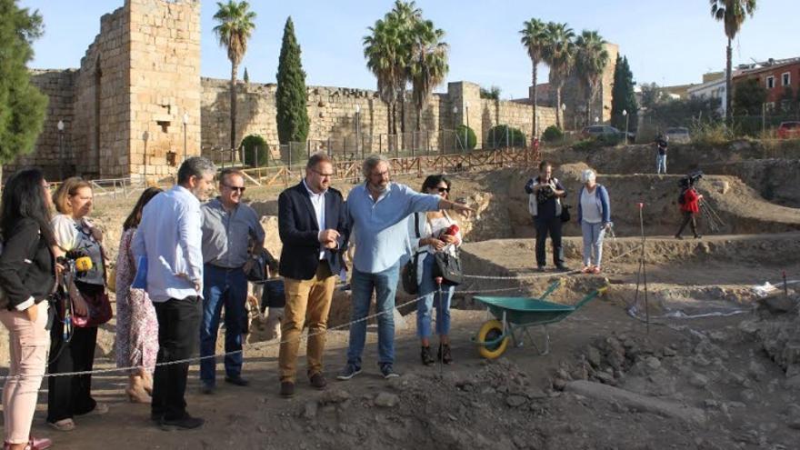 Visita de las autoridades a los restos del yacimiento de la Huerta de Otero
