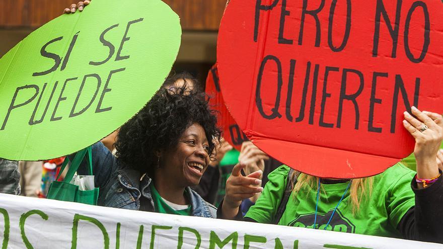 La PAH protesta ante la sede del PP en Barcelona. /CARMEN SECANELLA