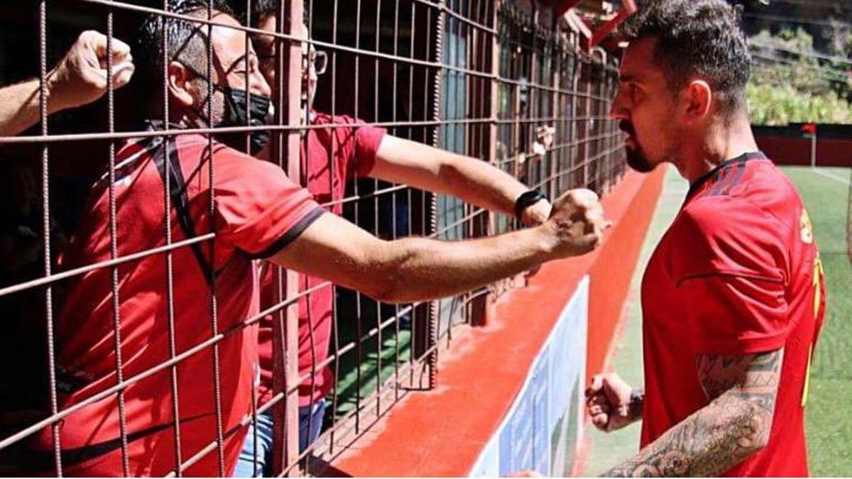 Edu Salles celebra un gol con la afición mensajerista