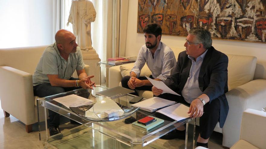 Imatge de la trobada entre Xavier Rius i representants de Lo Rat Penat