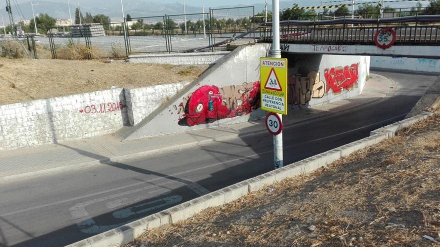 Los escolares tienen que cruzar a diario para ir a la escuela /Foto: C. Marchena