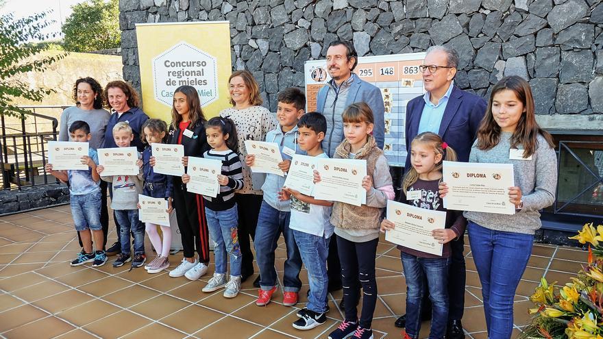 Niños y gestores públicos en el acto celebrado este sábado en la Casa de la Miel de Tenerife, en El Sauzal