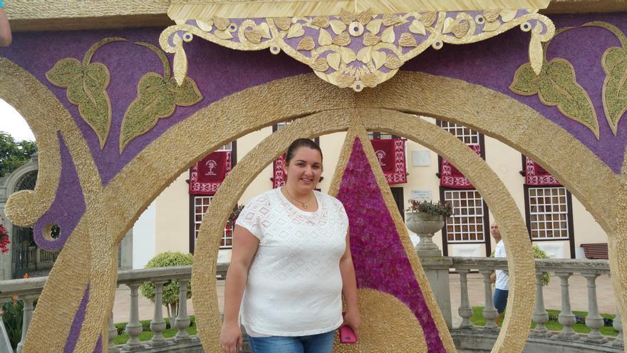 Mariela Ramos junto al arco de El Pueblo y El Poleal. Foto: LUZ RODRÍGUEZ.