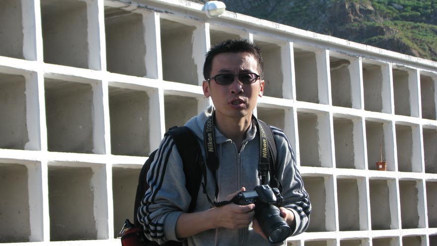 El periodista Fan Yibo visita la tumba de Quero.