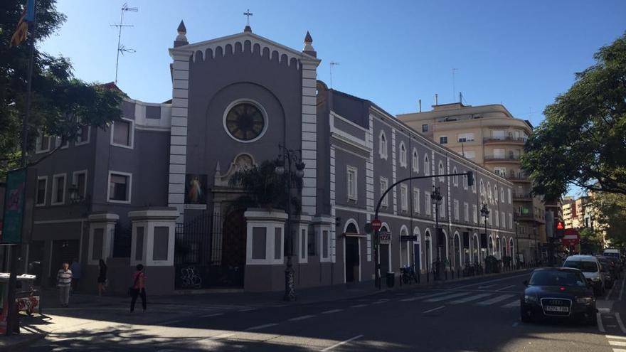 Imagen general del convento con los bajos comerciales recayentes a Guillem de Castro (fachada derecha)