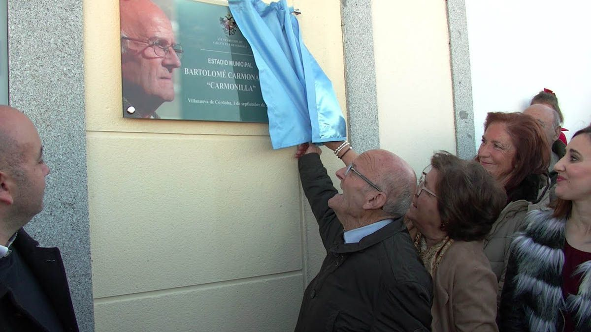 'Carmonilla', ante la placa con su nombre en el estadio de Villanueva