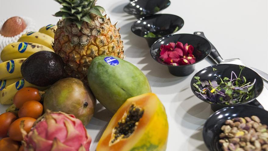 Bodegón con frutas tropicales cultivadas en Canarias