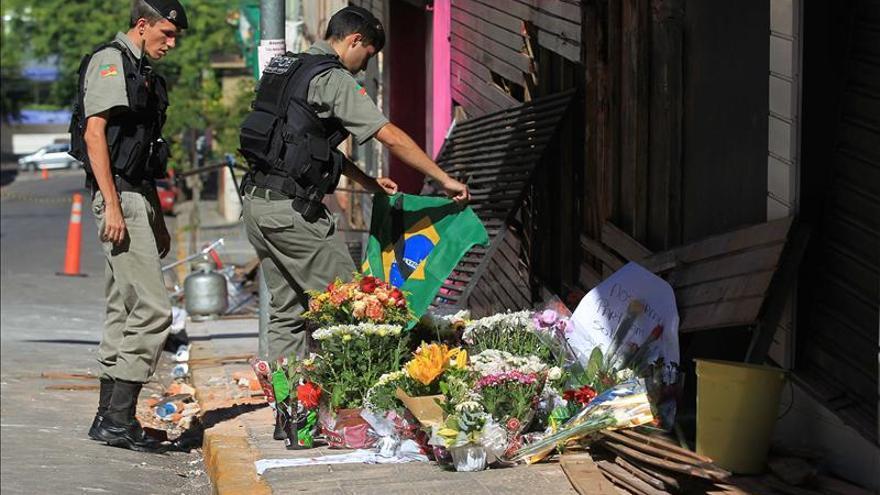 """El ministro brasileño dice que 75 heridos en el incendio de la discoteca siguen en estado """"crítico"""""""