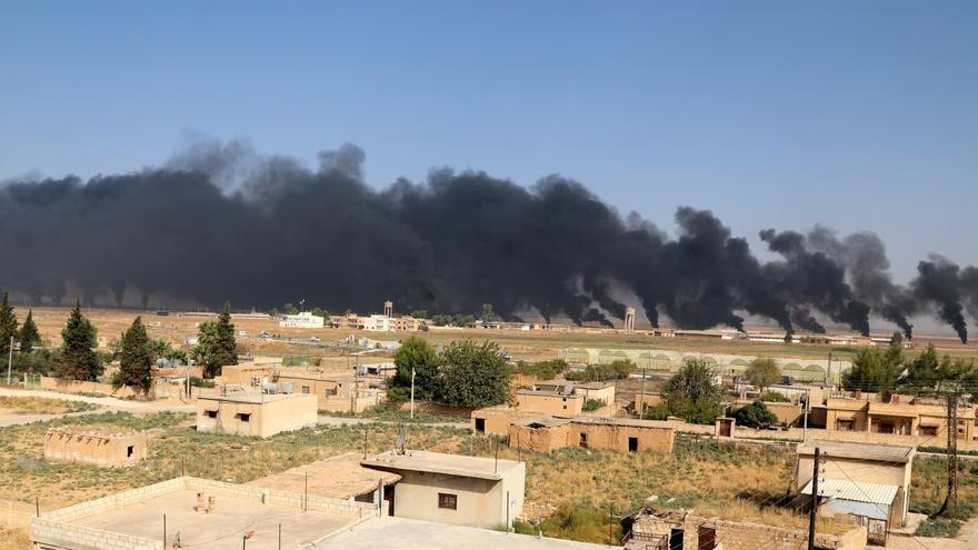 Vista general de varias columnas de humo en la localidad de Ras al-Ain, en el noreste de Siria, durante los choques entre las milicias kurdas y las tropas sirias el pasado jueves