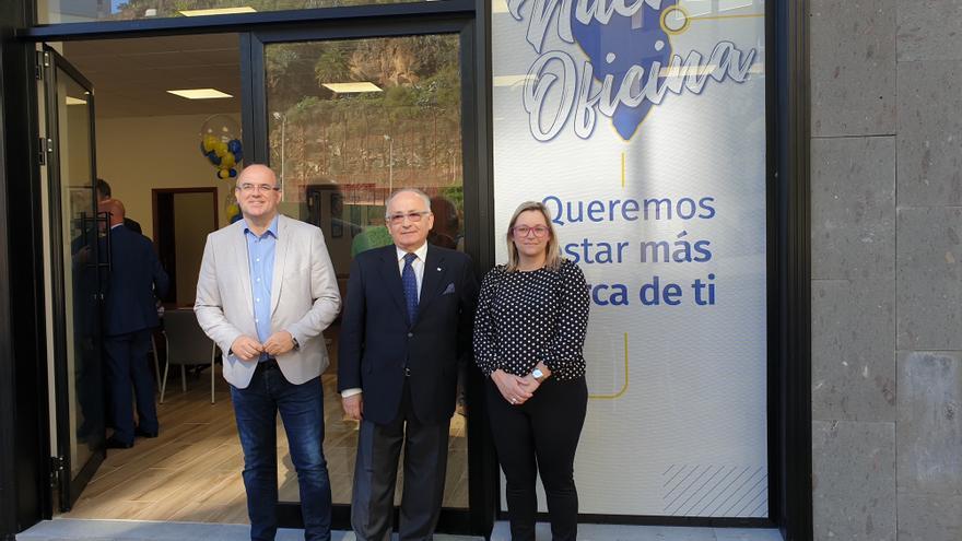 Anselmo Pestana, Nayra Castro y López de Vergara en el acto inaugural.