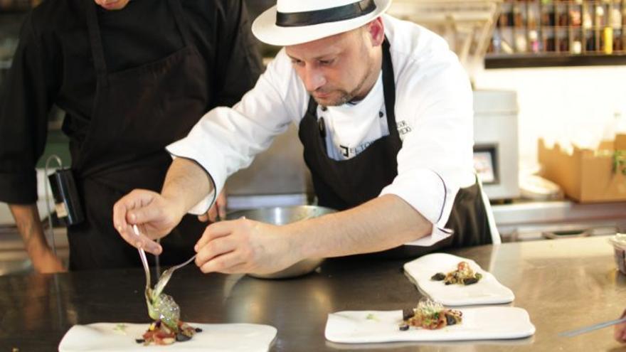 El chef Pau Bermejo elabora uno de sus platos