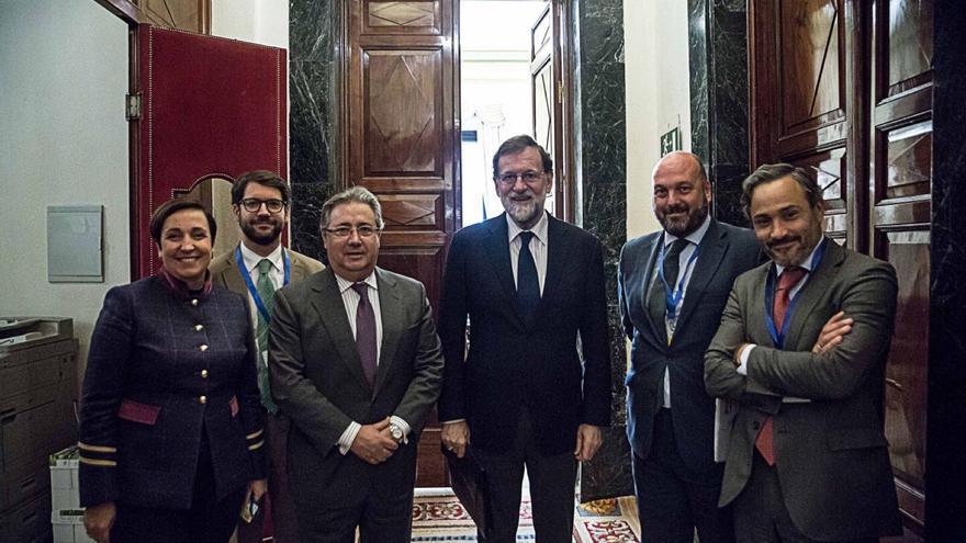 Zoido, junto a Rajoy y tres de los propuestos para medalla  (de izq. a dcha): Fernando Matres, Francisco L. Pérez Guerrero y Santiago Martínez Vares