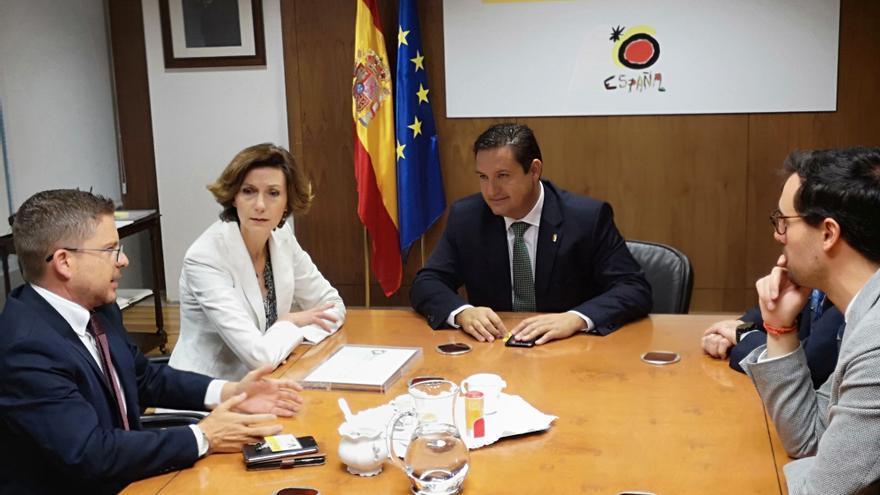 José Julián Mena, en la reunión de este jueves en Madrid, junto a la secretaria de Estado de Turismo, Isabel Oliver