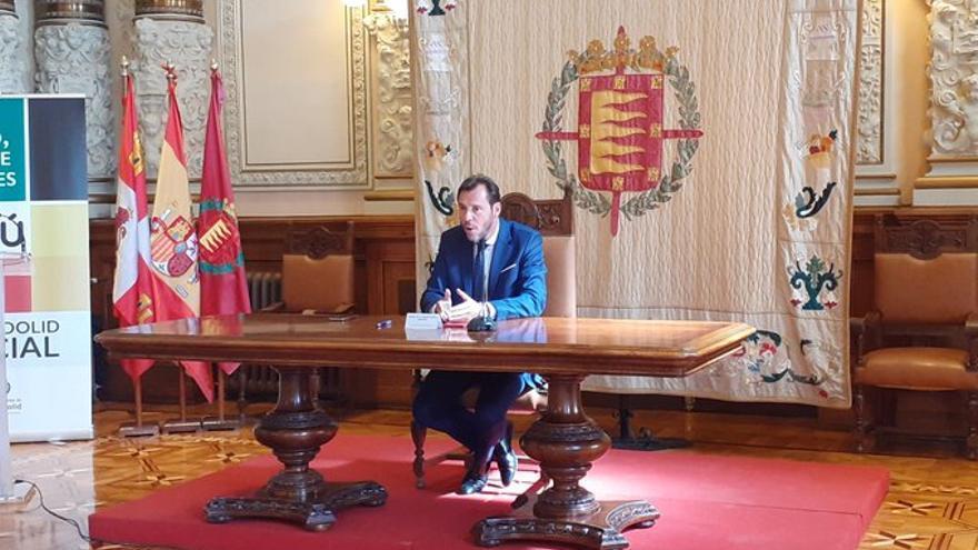 El alcalde de Valladolid, Óscar Puente, en la sala de recepciones del Ayuntamiento.