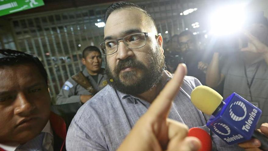 El exgobernador Javier Duarte es llevado a aeropuerto para extradición a México