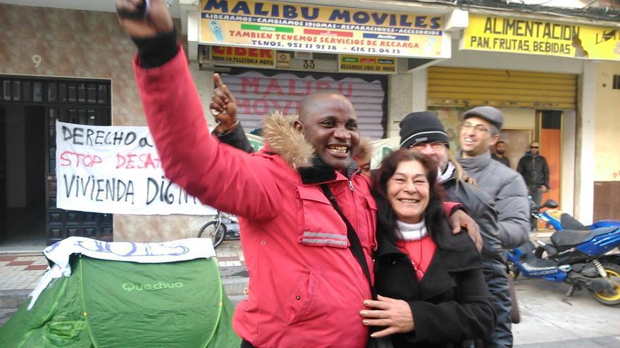 Kenneth Ogboka celebra la paralización del desahucio / N.C.