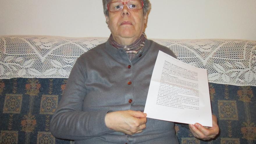 En la imagen, Teresa muestra la carta de requerimiento. Foto: LUZ RODRÍGUEZ.