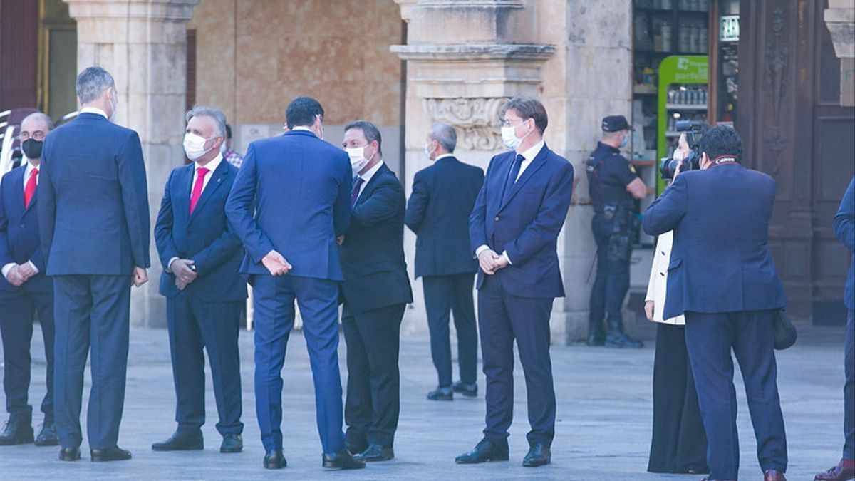 García-Page saluda al Pedro Sánchez en la cumbre de presidentes en Salamanca