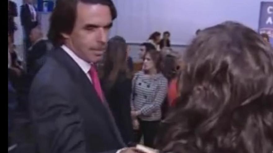 Aznar cuela un boli en el escote de Marta Nebot.