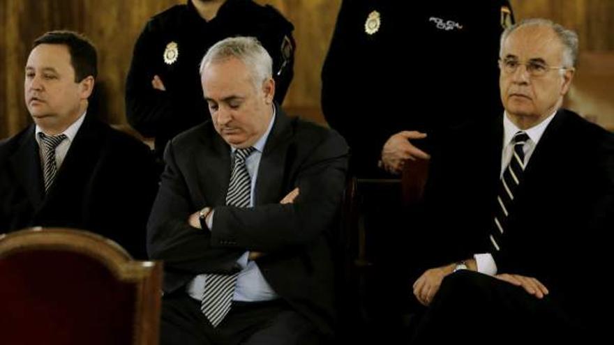 Alexandre Català -centro-, junto al exconseller Rafael Blasco durante el juicio por el saqueo a la cooperación pública valenciana.
