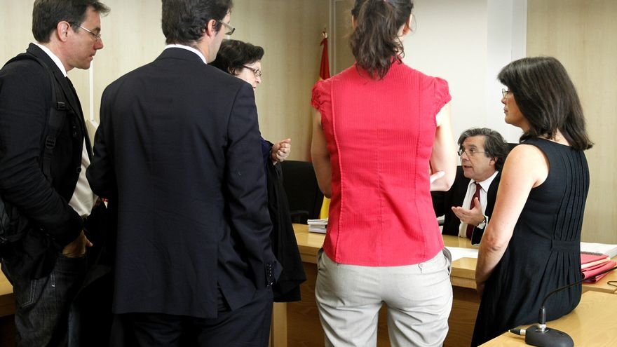 El juez Antonio Seoane hablando con un grupo de trabajadores. MARTA JARA