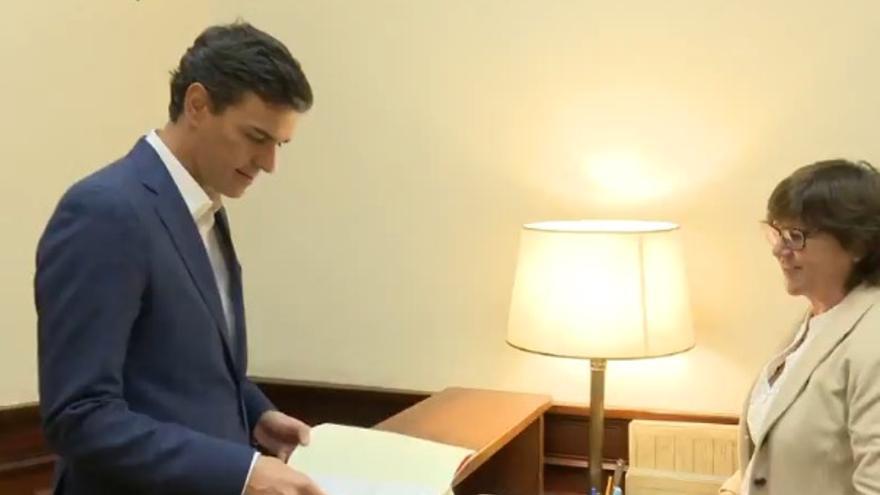 Momento en el que Pedro Sánchez renuncia a su escaño en el Congreso.