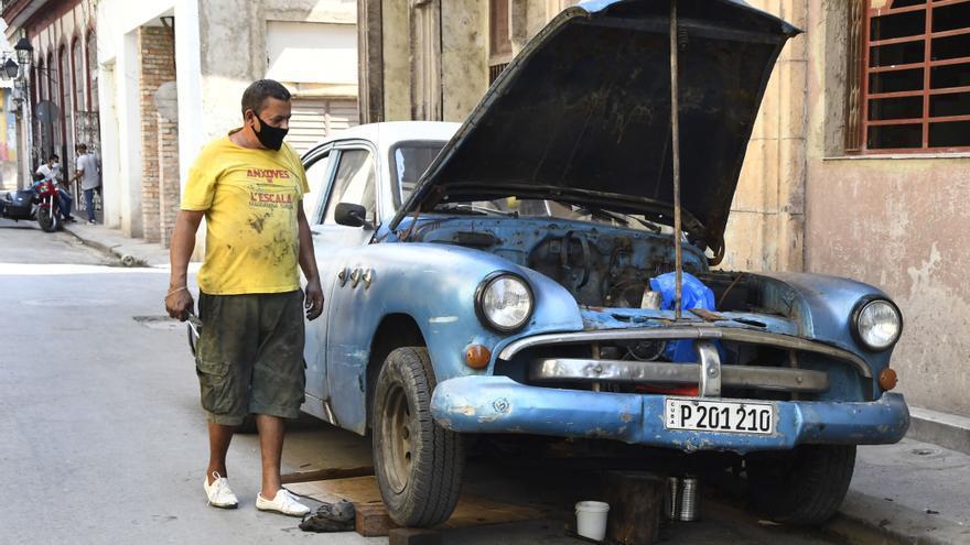 Un cubano arregla su coche en mayo en una calle de La Habana.