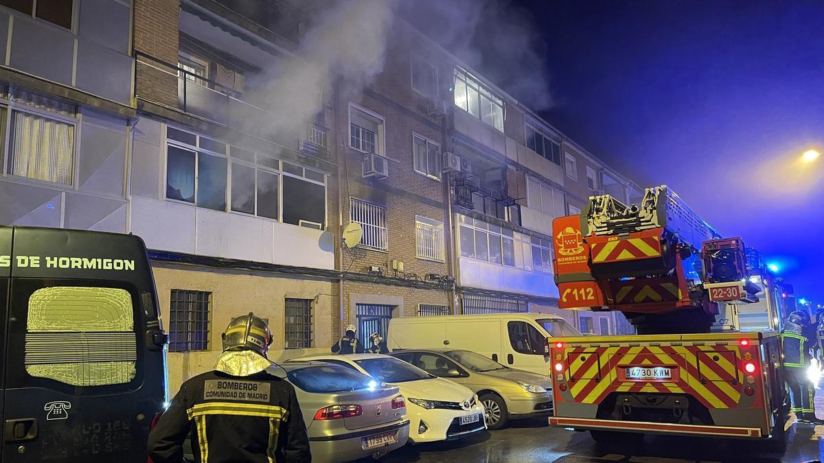 Un muerto y 21 heridos en el incendio de una vivienda en Alcalá de Henares