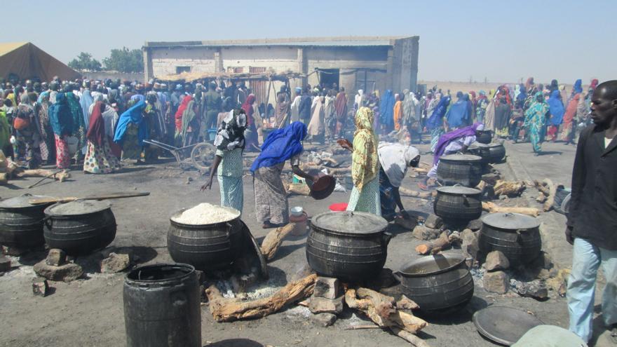 Varias mujeres esperan el momento de la comida en un campamento de desplazados en Borno (Nigeria).