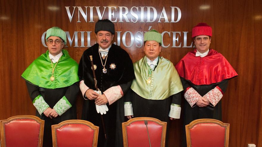 Alejandro Blanco, presidente del COE (izquierda), durante la entrega del título honoris causa a Kim Jung Haeng / Universidad Camilo José Cela