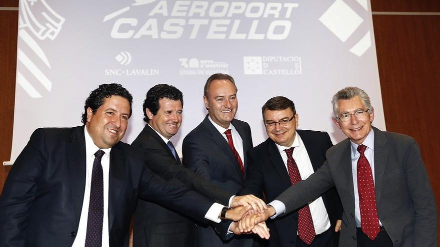 Imagen de familia de las autoridades y la empresa explotadora del aeropuerto