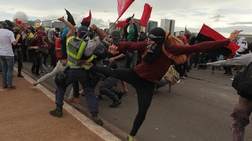 Manifestantes y policías chocan en Brasilia tras la aprobación del ajuste fiscal
