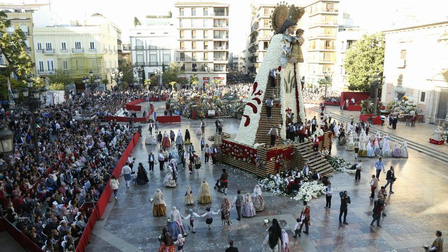La plaza de la Virgen, un año más escenario de la ofrenda