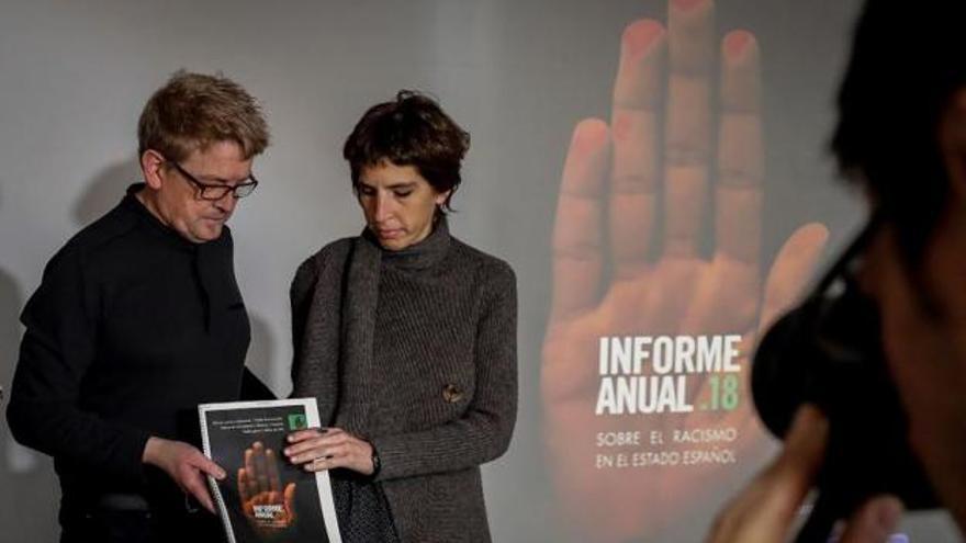 El secretario general de la Federación SOS Racismo, Mikel Mazkiaran, y la coordinadora de SOS Racisme Catalunya, Alba Cuevas, en la presentación del informe anual sobre racismo en España