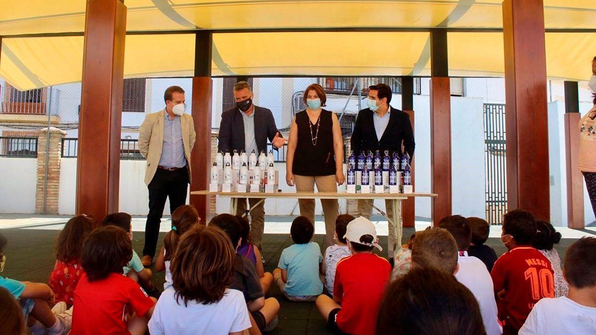 Reparto de botellas de Emacsa a escolares.
