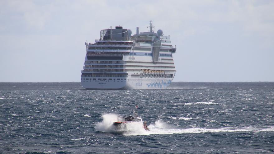 El buque 'Aida Sol', este viernes, en el exterior del Puerto de Santa Cruz de La Palma, tras suspender la escala programada.