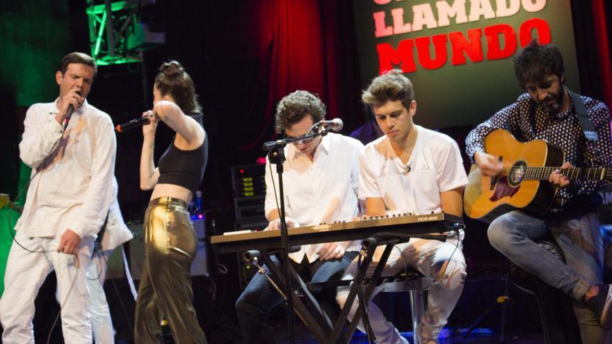 Fryars, Valenzuela, Klaxons y Sidonie interpretan Chandelier en el show de Un Lugar Llamado Mundo. Foto: Alberto Ortiz