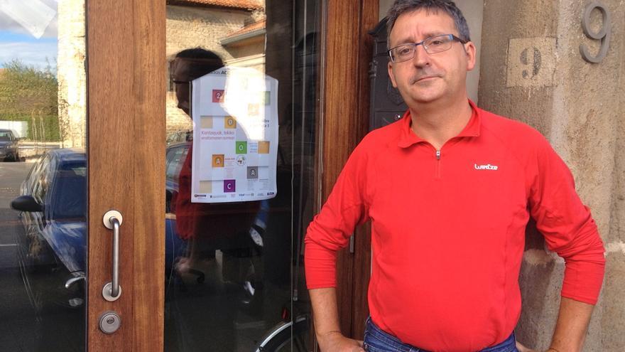 El presidente de la Asociación de Concejos de Álava en la puerta de la sede ubicada en Elorriaga.