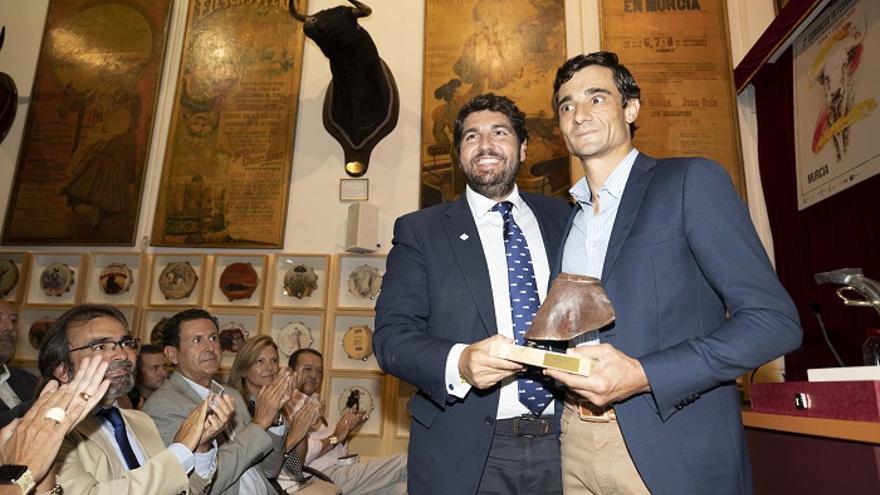 El presidente de la Comunidad, Fernando López Miras, junto al triple galardonado Paco Ureña