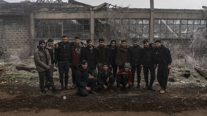 La mayor parte de este grupo de afganos no se conocían antes de vivir juntos en una vieja fábrica. Juntos sobreviven el día a día en la ciudad Bosnia de Bihac