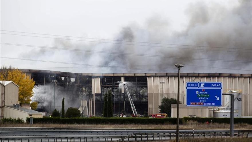 Bomberos no descartan que el incendio de Campofrío tarde días en extinguirse