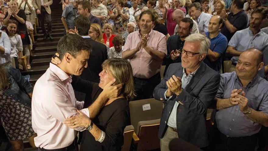 Pedro Sánchez saluda a la alcaldesa de l'Hospitalet, Nuria Marin, en un acto del PSC este martes.