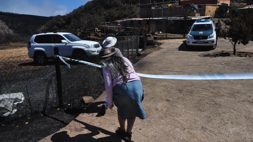 Vehículo de la Guardia Civil en la casa de la mujer desaparecida