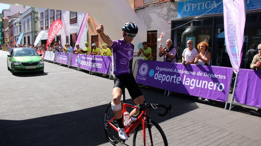 Adriá Moreno cruzando la meta como ganador de la etapa y de la Vuelta.