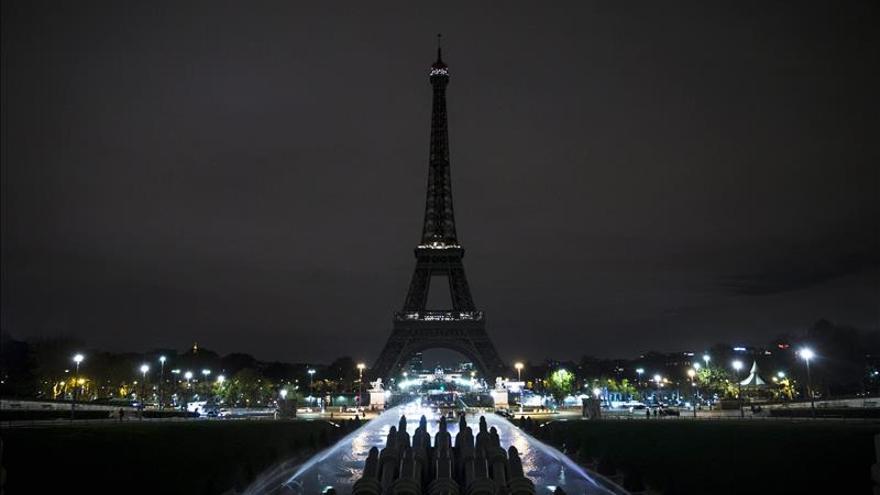 La Torre Eiffel apaga sus luces en señal de luto